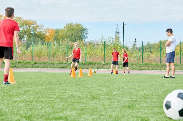 Ćwicz Piłkę Nożną Na Zewnątrz Premium Zdjęcia