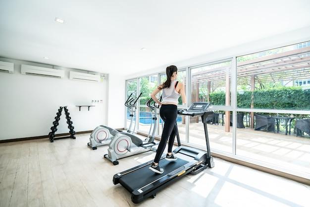 Ćwiczenia na bieżni cardio kolejny trening na siłowni fitness Premium Zdjęcia