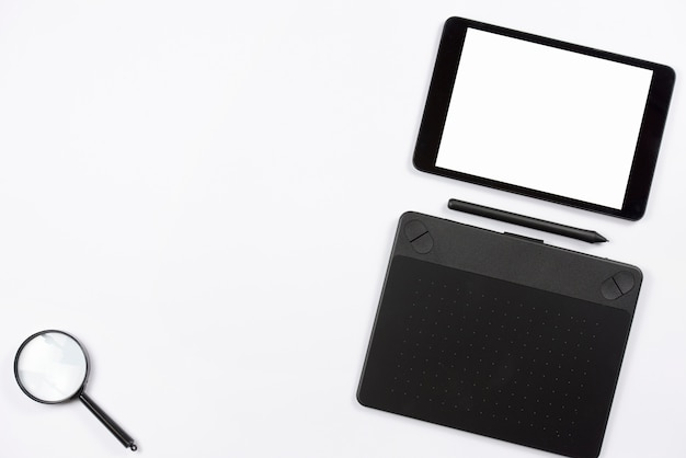 Cyfrowego pastylka i graficzna cyfrowa pastylka z stylus i powiększać - szkło na białym tle Darmowe Zdjęcia
