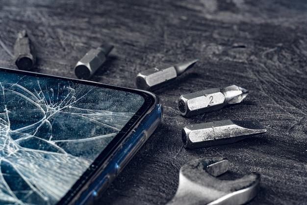 Cyfrowy Gadżet Z Narzędziami. Naprawianie Smartfona Premium Zdjęcia