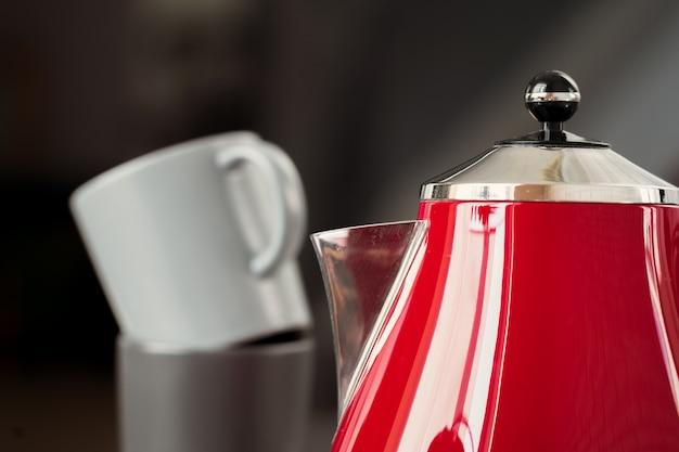 Czajnik elektryczny w stylu vintage czerwony we wnętrzu kuchni Premium Zdjęcia