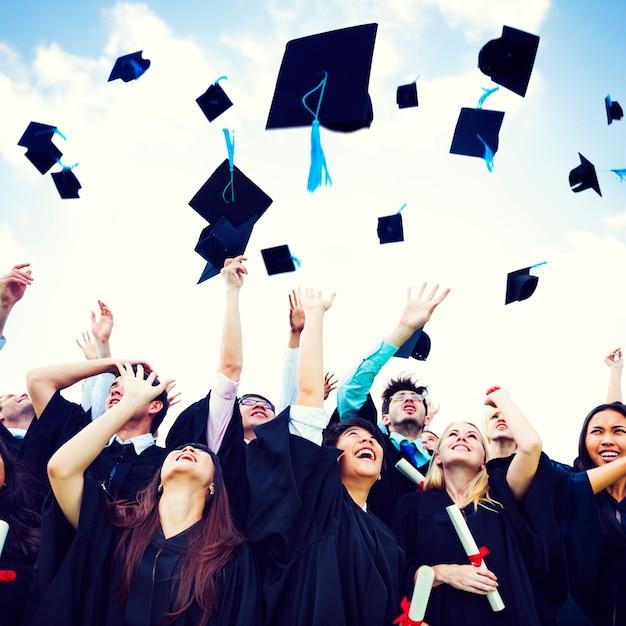 Czapki Z Dyplomem Wyrzucone Szczęście Sukces Cocnept Premium Zdjęcia
