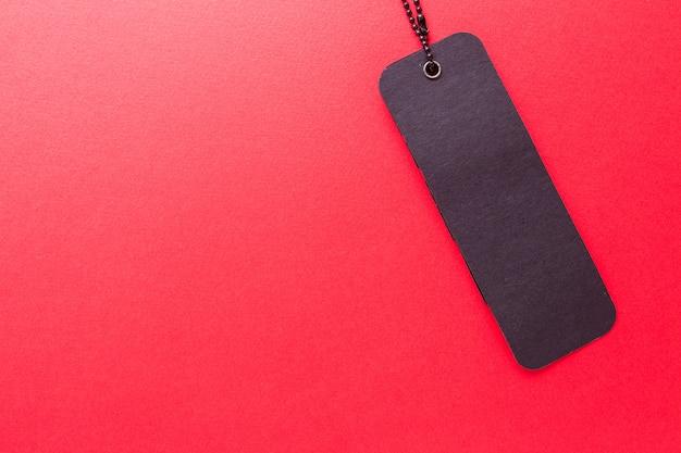 Czarna etykieta na czerwonym tle na białym tle Premium Zdjęcia