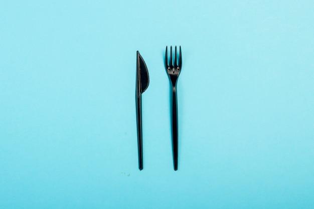 Czarna Jednorazowa Plastikowa Zastawa Stołowa I Urządzenia Do żywności. Koncepcja Plastiku, Szkodliwe, Zanieczyszczenie środowiska, Zatrzymaj Plastik. Leżał Płasko, Widok Z Góry. Premium Zdjęcia