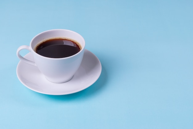 Czarna Kawa Na Bladoniebieskim Tle Tabeli Premium Zdjęcia