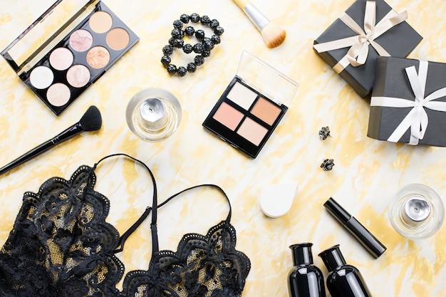 Czarna Koronkowa Bielizna Z Kosmetykami, Kosmetykami, Biżuterią W Kolorze Czarnym I Złotym. Moda Mieszkanie Leżał, Widok Z Góry Premium Zdjęcia