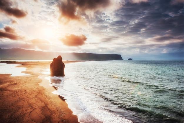 Czarna, Piaszczysta Plaża I Góry Reynisfjara Reynisfyal Premium Zdjęcia