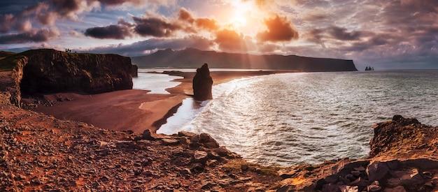 Czarna Piaszczysta Plaża I Góry Premium Zdjęcia