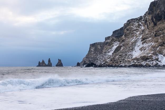 Czarna Plaża Skały I Fale W Pobliżu Vik Podczas Zimowego Zachodu Słońca Premium Zdjęcia