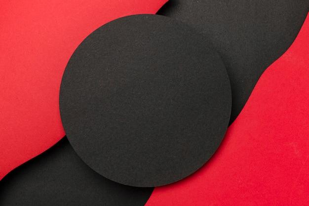 Czarne Kółko I Faliste Warstwy Na Czerwonym Tle Premium Zdjęcia
