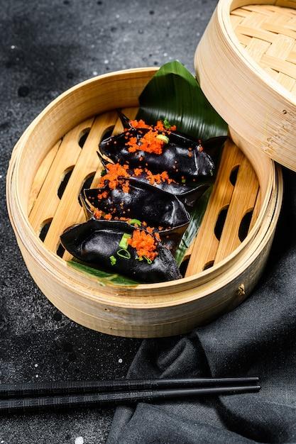 Czarne Pierożki Dim Sum W Bambusowym Parowcu Kuchnia Azjatycka Premium Zdjęcia