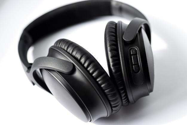 Czarne Profesjonalne Słuchawki Na Białym Tle. Premium Zdjęcia