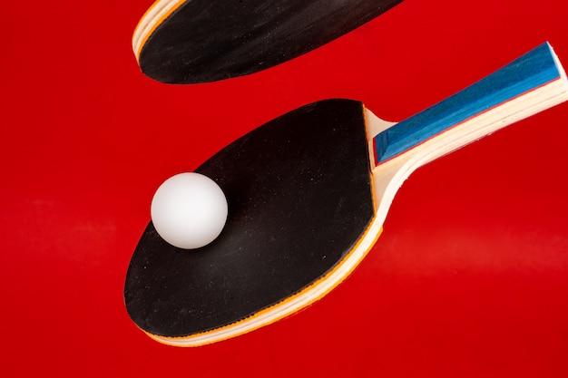 Czarne Rakiety Do Ping Ponga Na Czerwonym Tle Premium Zdjęcia