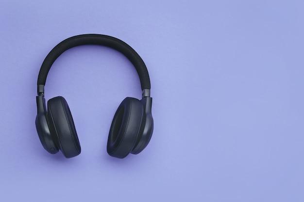Czarne słuchawki na kolorowym tle Premium Zdjęcia