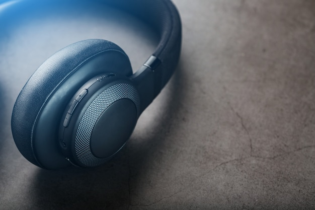 Czarne Słuchawki Na Szaro Premium Zdjęcia