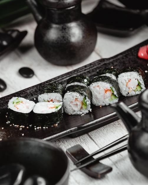 Czarne sushi ustawione na stole Darmowe Zdjęcia