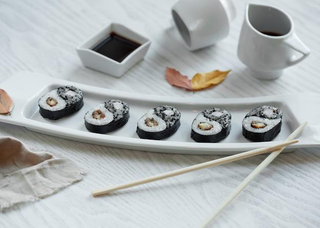 Czarne sushi ustawione w talerzu Darmowe Zdjęcia