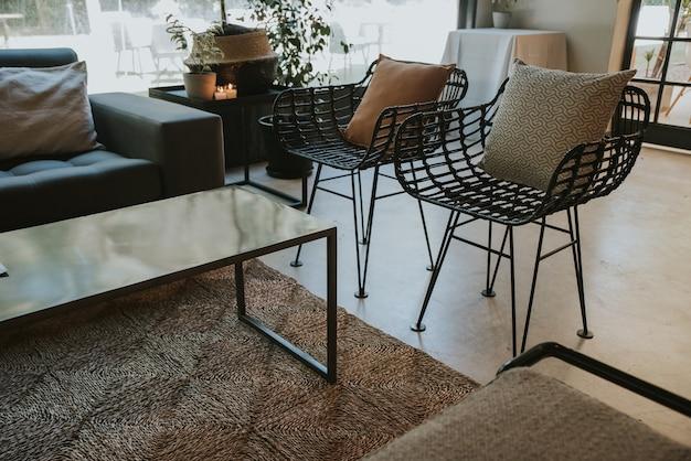 Czarne Wiklinowe Krzesła Z Poduszkami Premium Zdjęcia