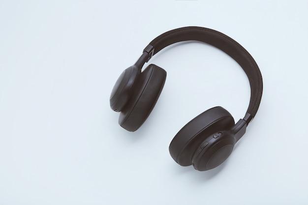 Czarni hełmofony na białym tle Premium Zdjęcia