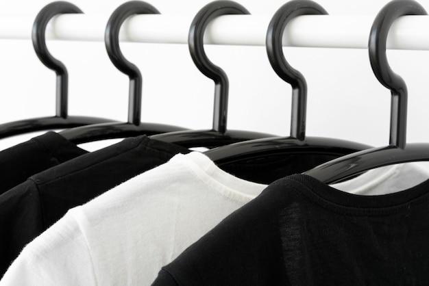 Czarno-biały Kolor Ubrania Na Wieszakach W Szafie. Szafa Minimalistyczna Kobieta. Baner Poziomy Premium Zdjęcia