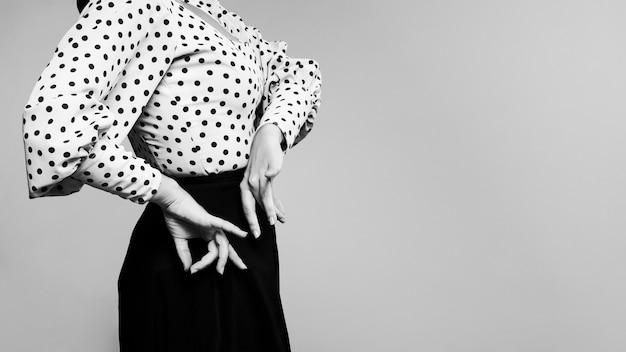 Czarno-biały Tancerz Flamenca Wykonywania Floreo Darmowe Zdjęcia