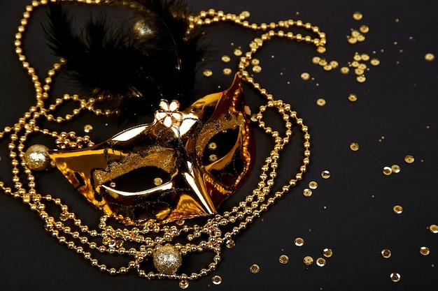 Czarno-złota Maska Karnawałowa. Widok Z Góry Premium Zdjęcia