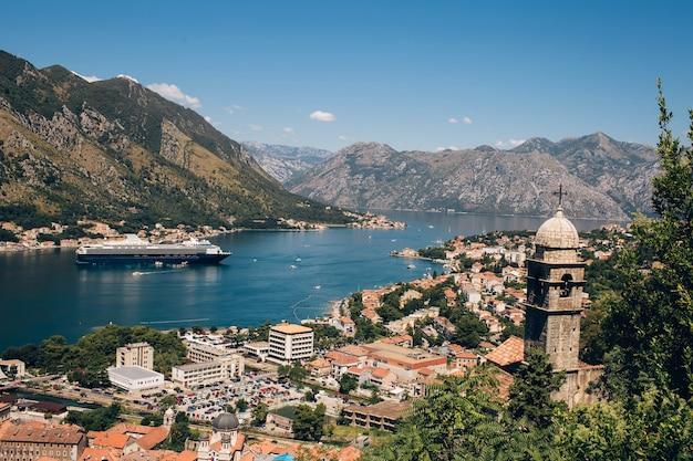 Czarnogóra Adriatyk I Góry. Malownicza Panorama Miasta Kotor W Letni Dzień. Panoramiczny Widok Na Zatokę Kotorską I Miasto. Liniowca W Zatoce Kotorskiej Premium Zdjęcia