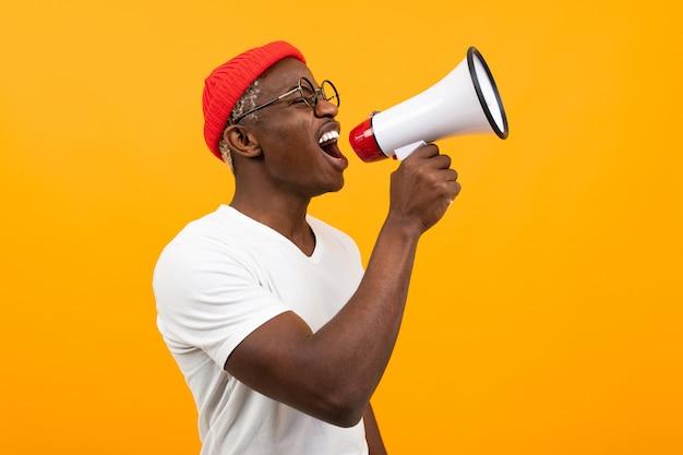 Czarny Afrykanin Mężczyzna Mówi W Megafonie Na Odosobnionym Kolorze żółtym Premium Zdjęcia