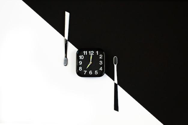 Czarny budzik z ręcznym zestawem szczoteczki do zębów Premium Zdjęcia