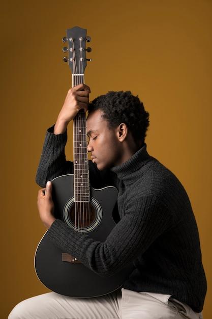 Czarny Chłopiec Gra Na Gitarze Darmowe Zdjęcia