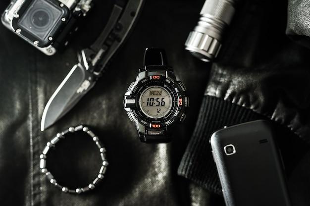 Czarny Cyfrowy Zegarek Do Aktywności Na świeżym Powietrzu Ze Stoperem, Minutnikiem, Podświetleniem I Wodoodpornością. Premium Zdjęcia