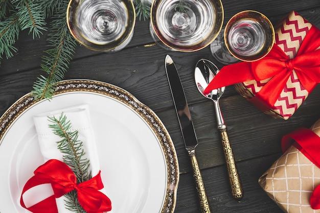 Czarny drewniany stół ze stylowym świątecznym stołem Premium Zdjęcia