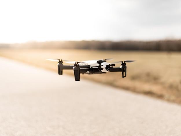 Czarny Dron Quadcopter Na Zachmurzonym Niebie Darmowe Zdjęcia