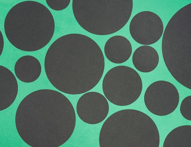 Czarny kształt okręgu kształt na zielonym tle Darmowe Zdjęcia