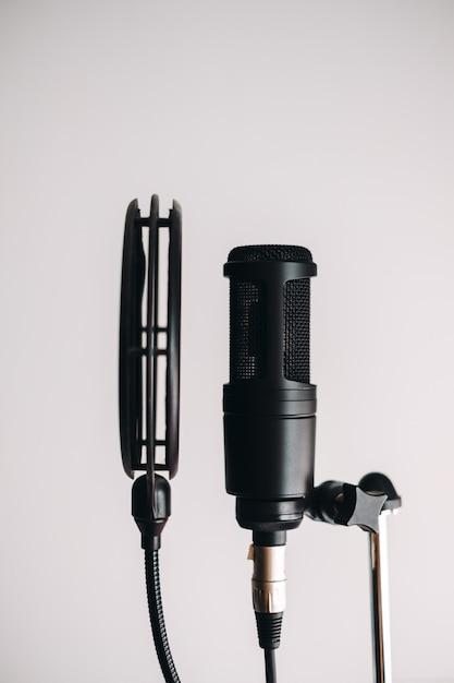 Czarny Mikrofon Pojemnościowy Na Statywie Z Filtrem Pop Premium Zdjęcia