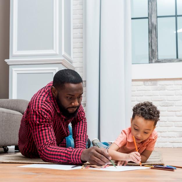 Czarny Ojciec I Syn Rysunek Na Podłodze Darmowe Zdjęcia
