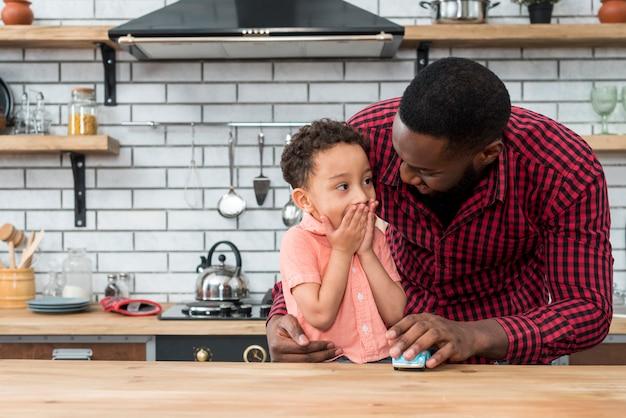 Czarny Ojciec Rozmawia Ze Zdumionym Synem Darmowe Zdjęcia