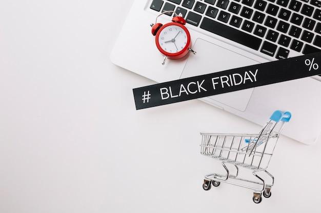 Czarny piątek laptop z zegarem i wózek na zakupy z kopii przestrzenią Darmowe Zdjęcia