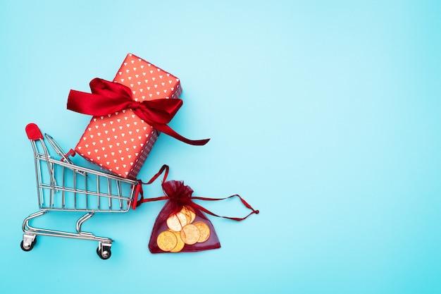 Czarny piątek sprzedaż, koszyk i pudełko z kieszonkowym Premium Zdjęcia