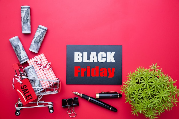 Czarny piątek sprzedaż tekst na etykiecie z rolki banknotów usa Premium Zdjęcia