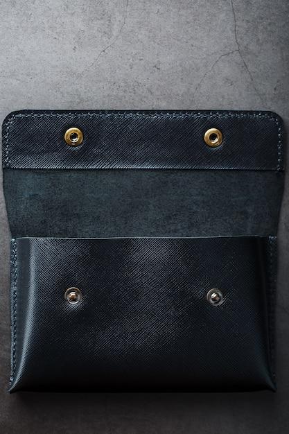 Czarny portfel wykonany z prawdziwej skóry w ciemności Premium Zdjęcia
