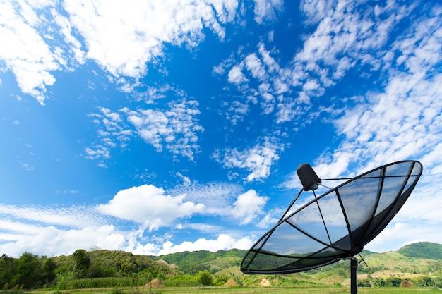 Czarny Talerz Satelitarny W Tej Dziedzinie Premium Zdjęcia