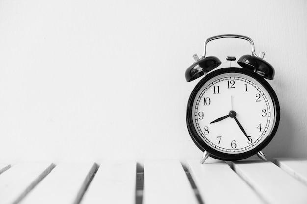 Czarny zegar na stole z kopii przestrzeni Darmowe Zdjęcia