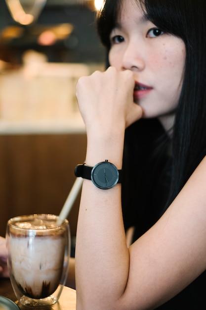Czarny zegarek na dłoni dziewczyny Darmowe Zdjęcia