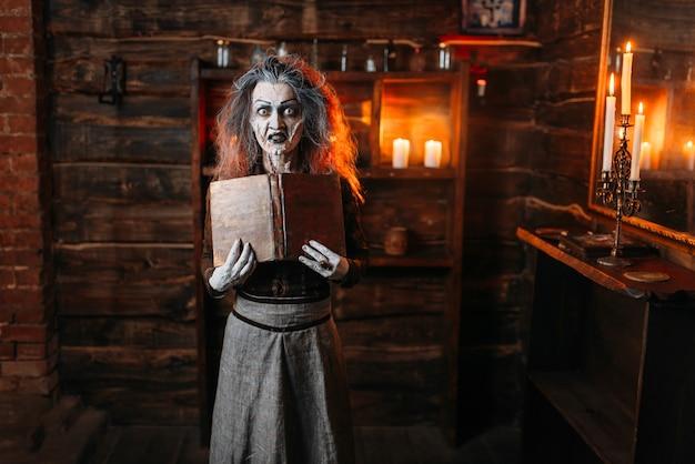 Czarownica Trzyma Księgę Zaklęć, Mroczne Moce Czarów Premium Zdjęcia