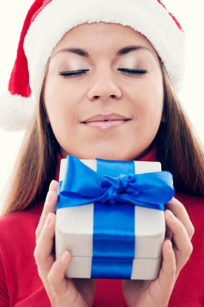Czas Bożego Narodzenia - Piękna Kobieta Trzyma Prezent Darmowe Zdjęcia