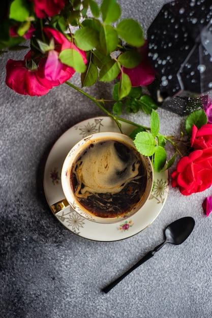 Czas Na Kawę Z Czerwonymi Różami Premium Zdjęcia