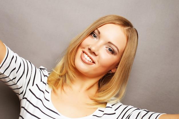 Czas Na Samojebkę. Radosne Młode Kobiety Robią Selfie Jej Inteligentnym Telefonem Premium Zdjęcia
