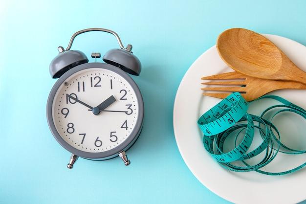 Czas schudnąć, kontrola jedzenia lub czas na dietę Premium Zdjęcia
