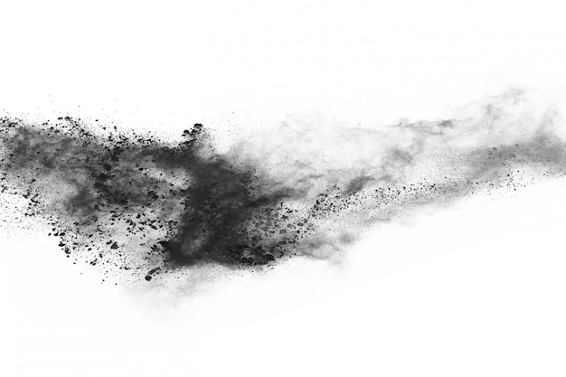 Cząstki węgla drzewnego na białym tle, abstrakcyjny proszek splatted na białym tle. Premium Zdjęcia